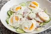 Такой салат лучше всего делать весной и в начале лета, пока есть молодые, сочные и хрустящие овощи, а организм просит чего-то свежего и яркого. Сейчас для него…