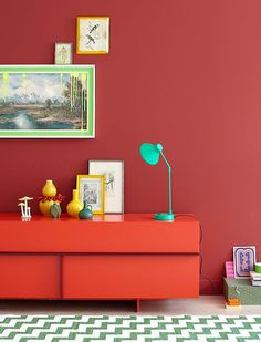 3 SEHEN SIE ROT  Und das am schönsten gleich doppelt. Nämlich mit einer farbigen Wand und einem roten Möbel davor. Zur Beruhigung setzen Sie Akzente mit ein wenig Grün und Gelb. Damit wecken Sie einen Raum auf und schaffen viel Fröhlichkeit und Wärme. (Bild über: Decor8)