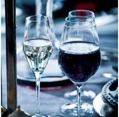 Cristalería Arpèges de 48 piezas en cristal Sèvres soplado compuesta por: 12 copas de agua, 12 copas de vino tinto, 12 copas de vino blanco y 12 copas de champagne. Se dice de Sèvres que es el cristal más transparente que jamás ha existido y es que no conviene olvidar que esta firma surge en 1750 para satisfacer directamente al Rey Luis XV de Francia.