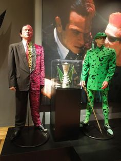 The Riddler and Two-Face villain costumes from Batman Forever on display. Villain Costumes, Cosplay Characters, Dc Movies, Comic Movies, Comic Books, Super Hero Outfits, Super Hero Costumes, Poison Ivy Costume Diy, Two Face Batman
