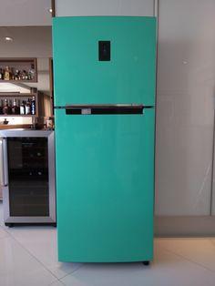 Envelopamento de geladeira na cor verde tiffany. Tiffany, Top Freezer Refrigerator, Kitchen Appliances, Diy House Decor, Colors, Ideas, Diy Kitchen Appliances, Home Appliances, Kitchen Gadgets