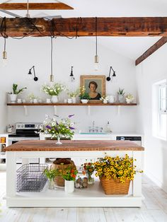 """After a Few """"Bad '80s Hairdos,"""" This Georgian Home Is a Flower-Filled Retreat"""