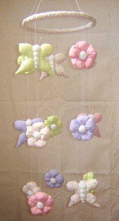 Móbile 5 fios, com borboletas e flores em tecido, enchimento em fibra siliconizada. Arco com aplique de tecido.  Pode ser feito em outras cores R$ 75,00