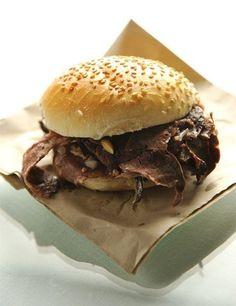 Panino con milza, un classico dello street food palermitano.
