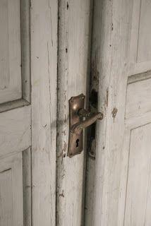 Lovely doors and handles Shades Of White, Grey And White, Vintage Door Knobs, Cool Doors, Shutter Doors, White Doors, Beautiful Buildings, Windows And Doors, Door Handles