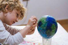 Celebra el Día de la Tierra - AEIOUTURURU | Talleres creativos para peques Globe, Christmas Bulbs, Holiday Decor, Paper Table, Paper Scraps, Trees And Shrubs, Earth Day, Creativity, Speech Balloon
