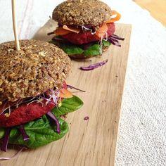 low carb burger bun aus Leinsamen mit Süsskartoffel - Rote Bete patty #lowcarb #bun #patty #burger #veggy #tasty #yummy #healthy #food