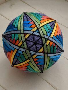 Rainbow-colored temari ball Quilted Ornaments, Handmade Ornaments, Felt Ornaments, God's Eye Craft, J Craft, Love Knitting Patterns, Temari Patterns, Geometric Artwork, Crochet Wool