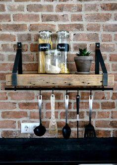 Passend bij al onze meubels van oude houten balken zijn deze prachtige wandplanken met stalen dragers! Deze robuuste planken met de industriële stalen dragers staan in iedere ruimte en in ieder interieur. De balken hebben een dikte van 7 cm en de diepte is ongeveer 20 cm. De lengte kan je zelf bepalen in onze keuzelijst. De dragers hebben een hoogte van ongeveer 32 cm. Plant Box, Wooden Furniture, Interior Inspiration, Wine Rack, Liquor Cabinet, Mid-century Modern, New Homes, Kitchen Appliances, Living Room