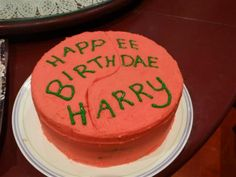 Harry potter recipe - spoonfuls of goodness: harry potter cake . Harry Potter Snacks, Bolo Harry Potter, Gateau Harry Potter, Harry Potter Birthday, Harry Potter Lufa Lufa, Harry Potter Marathon, Fandoms, Pretty Cakes, Cupcake Cakes