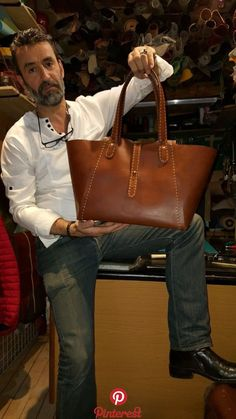 al stohlman bag handle / How to make your own pockets Leather bag construction.Leather Crafting with Donna Wiggins Leather Bag Tutorial, Leather Bag Pattern, Leather Purses, Leather Handbags, Leather Wallet, Pu Leather, Celine Handbags, Satchel Handbags, Purses And Handbags