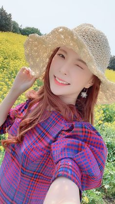 Kpop Girl Groups, Kpop Girls, Trendy Tops, Korean Girl, Outfit Of The Day, Cowboy Hats, Going Out, Street Wear, Winter Hats