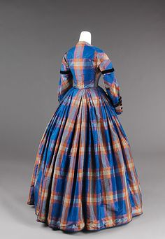 Afternoon dress Date:ca. 1855 Culture:American Medium:silk Credit Line:Brooklyn Museum Costume Collection at The Metropolitan Museum of Art, Gift of the Brooklyn Museum, Gift of Mae Schenck, 1963 Accession Victorian Era Fashion, 1850s Fashion, Vintage Fashion, Gothic Fashion, Vintage Gowns, Vintage Outfits, Crinoline Dress, Evening Blouses, Evening Dresses