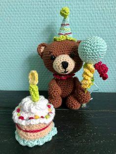 Bertie Bear's Birthday Party Bear Birthday, Happy Birthday, Holiday Ornaments, Holiday Decor, Single Crochet, Halloween Decorations, Black And Brown, Free Pattern, Balloons