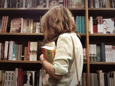 Searching the bookshop. Good Books, Books To Read, My Books, Reading Books, Selfie Foto, Books Art, Parisian Girl, Foto Baby, Bibliophile