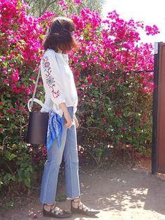日本もどんどん春らしくなってるのかな~  桜をバックの投稿がいっぱい❀  今いるところには桜がないから羨ましい☆  で、私も近所にあったお花の前で撮ってみました~    コーデはトップが楽天で買った袖に刺繍が入ってる白のブラウス  ふわっとしたビッグシルエットと  前後の長さの違うデザインがいい感じ◎    ボトムはGUのキックフレアパンツ再登場  この写真だとキックフレアのラインがわかりにくいかな    袖の刺繍を見せたかったので横からのショットだけど  正面から撮ったの小窓に載せてます