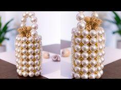 Hey guys welcome to another video. I show you guys how to make the Vanina world Comino pearl bead bag. Beaded Purses, Beaded Bags, Bead Jewellery, Beaded Jewelry, Diy Handbag, Beaded Crafts, Bead Embroidery Jewelry, Handmade Handbags, Vintage Pearls