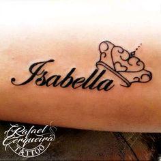 nome com coroa. tatuagem de nome. tatuagem delicada @cerqueiratattoo Kid Tattoos For Moms, Name Tattoos For Girls, Tattoo For Son, Tattoos For Daughters, Mouse Tattoos, Mini Tattoos, Body Art Tattoos, Tattoo Nomes, Playing Card Tattoos