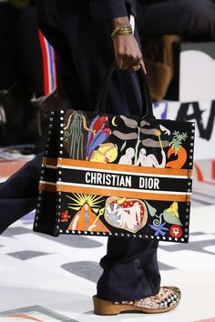 The complete Christian Dior Fall 2018 Ready-to-Wear fashion show now on Vogue Runway. Burberry Handbags, Chanel Handbags, Chanel Bags, Luxury Bags, Luxury Handbags, Dior 2018, Look Fashion, Fashion Bags, Fashion Mode