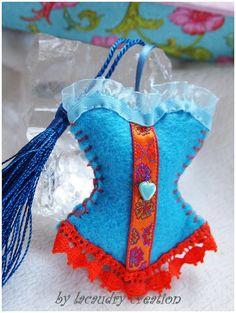 Bijoux de sac Corset Bustier en feutrine - Lacaudry-Création