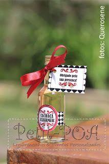 Garrafinha com cachaça para aniversário. Tema: boteco. Petit POA - Eventos & Lembrancinhas Personalizadas