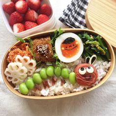 夜、枝豆を食べていたら、いつか作ってみたいな!と思っていた「はらぺこあおむし」を、ふと思い出し、お弁当用に取り置きごはんの上に、梅干しと並べてみました。な... Japanese Lunch Box, Japanese Food, Cute Bento, Food Garnishes, Bento Box Lunch, Cute Food, Food Presentation, Lunch Recipes, Kids Meals