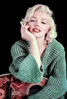 Marilyn Monroe (the mandolin sitting), 1953 by Milton Greene Marylin Monroe, Marilyn Monroe Smoking, Estilo Marilyn Monroe, Marilyn Monroe Artwork, Marilyn Monroe Fotos, Marilyn Monroe Style, Vintage Hollywood, Hollywood Glamour, Classic Hollywood