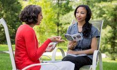 Uma irmã dirige um estudo bíblico para uma mulher