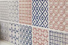 赤と青の色づかいと模様が可愛らしいタイル。#K様邸練馬高野台 #タイル #キッチン #インテリア #EcoDeco #エコデコ #リノベーション #renovation #東京 #福岡 #福岡リノベーション #福岡設計事務所