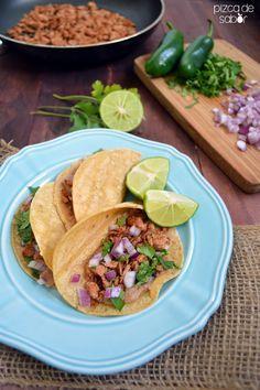 La versión de atún de las clásicas carnitas de puerco. Esta versión saludable y rápida de las carnitas te va a encantar. Sirve los tacos con frijoles refritos, cilantro y cebolla.