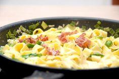 Noget af den bedste italienske mad er pasta med parmaskinke, der her er vendt i en lækker flødesauce, og krydret med friske basilikumsblade.