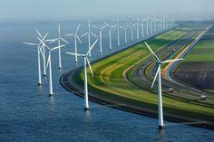 オランダ、フレボラントの海岸線に沿って並ぶ風車。ほぼ全域で海抜0メートルを下回る...
