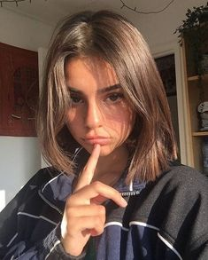 90 Degree Haircut 90 Degree Haircut Pin On Cut To The Chase . Short Hair With Bangs, Hairstyles With Bangs, Cool Hairstyles, Haircuts Straight Hair, Short Brown Hair, Medium Short Hair, Short Straight Hair, Girl Short Hair, Hair Inspo
