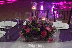 El morado es un color moderno y sofisticado, el color blanco es perfecto para combinar con el morado. #wedding #inspiration #ebodas