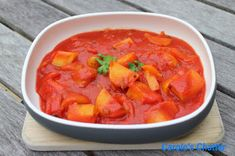 potatoes peppers in passata Thai Red Curry, Tomatoes, Friday, Stuffed Peppers, Ethnic Recipes, Food, Meal, Stuffed Pepper, Eten