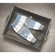 Lettvintbukse er en babybukse som strikkes nedenfra og opp. Den har knepping i beinet, som er mest til pynt, og ekstra lengde i oppbretten på beina, sånn at den kan brukes ekstra lenge. Den kan enkelt justeres i lengden ved å utvide et eller flere fargefelt, dersom du ønsker det.