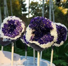 Remember the geode cakes we wrote about last year? They were a huge hit and the Internet was obsessed, so this time we present to you - geode sweets. Different Wedding Cakes, Small Wedding Cakes, Wedding Cakes With Cupcakes, Cupcake Cakes, Beautiful Cakes, Amazing Cakes, Cake Pops, Fudge Pops, Geode Cake