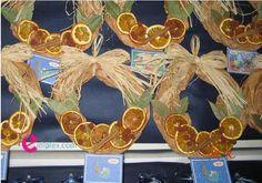 Ημερολόγιο στεφάνι με πορτοκάλι και κανέλα Christmas Wreaths, Christmas Crafts, Xmas, Grapevine Wreath, Grape Vines, Kindergarten, Calendar, Seasons, Holiday Decor