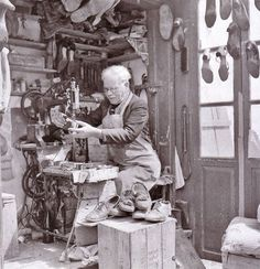 Old shoe repair shop. Vintage Pictures, Old Pictures, Vintage Images, Old Time Photos, Greece Pictures, Greece Photography, Greek History, Strange Photos, Greek Art