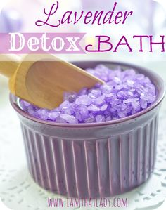 Lavender detox bath recipe: Ingredients: 1 cup Epsom Salt 1 cup Baking Soda 10 drops of Lavender Essential oils Directions: Pour contents into hot bath water and soak for 20 minutes. Try t (Pour Water Essential Oils) Detox Bath Recipe, Bath Detox, Bath Recipes, Detox Recipes, Lavender Detox Bath, Healthy Detox, Detox Foods, Diet Detox, Healthy Oils