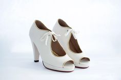 MONIQUE Capellada: Cabretilla muy suave en color manteca. Forro: En cuero muy suave. Altura de taco: 9 cm. Contiene plataforma de: 1.5 cm. Altura real del calzado: 7.5 cm ( 9 cm de taco – 1.5 de plataforma) Cómoda plantilla Colores: Combinación a tu gusto. #shoes #bridal #wedding #design #lailafrank #white #novia #luxury #boda #casamiento #party #zapato #tacos Peeps, Tacos, Peep Toe, Bride, Shoes, Fashion, Template, Wedge, Mariage