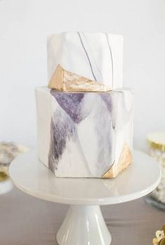 pretty marble cake with pops of gold(Cake Decorating Gold) Beautiful Wedding Cakes, Beautiful Cakes, Amazing Cakes, Modern Wedding Cakes, Modern Cakes, Modern Birthday Cakes, Contemporary Wedding Cakes, Gold Birthday Cake, 22nd Birthday