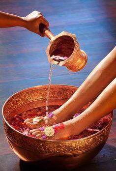 Koel je voeten in een schaal met water, zo koel je je hele lijf. Door de tijd te nemen en het water te verrijken met komkommer, rozenblaadjes en gember geniet je ook van geur en wat je ziet. #verwennen #rituelen #inspirituals