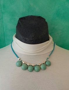 Gargantilla color verde turquesa en cerámica hecho y pintado a mono combinado con piezas de zamak y cordón de algodón encerado.