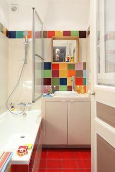 Ludique et multicolore comme un jouet, le nouvel espace salle de bains de l'enfant.