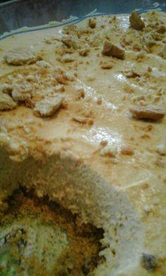 Kap met rolstok 1 pakkie Chock Crust koekies fyner en strooi onder-in medium tertbak.     Vulsel: Klits 1 houer [250 ml] room tot amper styf en voeg dan 1 pakkie karamel kitspoeding en 1 k melk by, klits goed deur en klits 1 blikkie karamel kondensmelk by. Skep bo-oor kors en maak effe gelyk