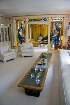 Visitors to Graceland, the Memphis home of Elvis Presley, can view the rock star's posh living room with glittering, mirrored walls. Elvis Presley House, Elvis Presley Graceland, Graceland Mansion, Lisa Marie Presley, Priscilla Presley, Mississippi, 1950s Living Room, Living Room Designs, Living Room Decor