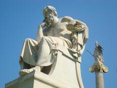Σωκράτης, μπροστά από το κτίριο της Ακαδημίας Αθηνών.