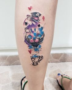Tatuagem colorida do gato de Alice no País das Maravilhas, criada pela tatuadora Bruna Dias (brunanevestattoo) de Uberaba.    #tatuagem #tattoo #colorido #cat Nail Tattoo, Piercing Tattoo, Piercings, Hot Tattoos, Life Tattoos, Body Art Tattoos, Tattoo Sleves, Geometric Cat Tattoo, Wonderland Tattoo
