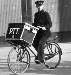 Dutch postman (postbode) in former times. Old Pictures, Old Photos, Vintage Photos, Post Bus, Old Bicycle, Urban Bike, Working People, The Old Days, Netherlands